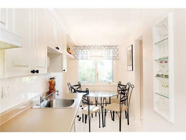 One level home with 2 bed 2 bath in Capilano North Vancouver-ILLAHEE (Capilano)