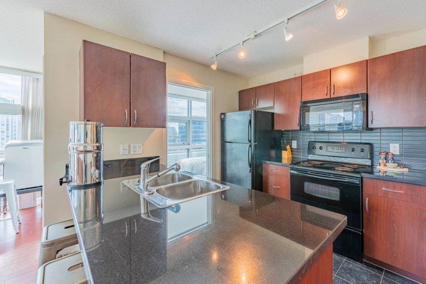 Luxury Living! North facing 1 BR + Den in Downtown Vancouver For Rent